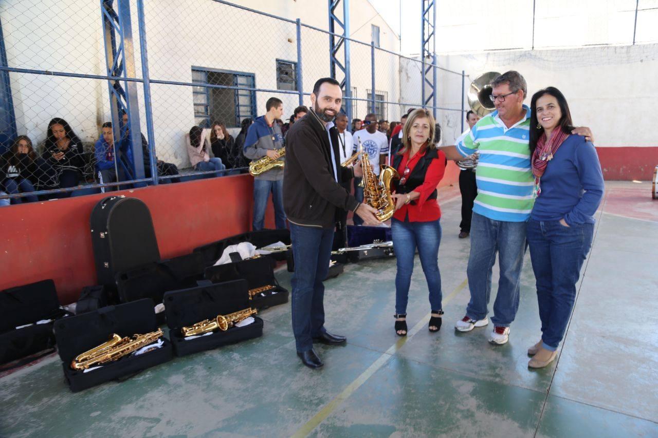 Ulysses entrega instrumentos musicais para escola em Itajubá